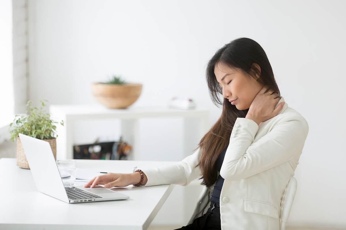 首の痛みの原因は? 身体のゆがみの原因とセルフケアについてご紹介
